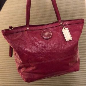 🐎 Med East-West Fuschia Patent Leather Tote 🐎